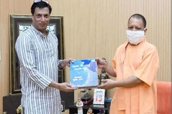 filmmaker madhur bhandarkar meets chief minister yogi adityanath