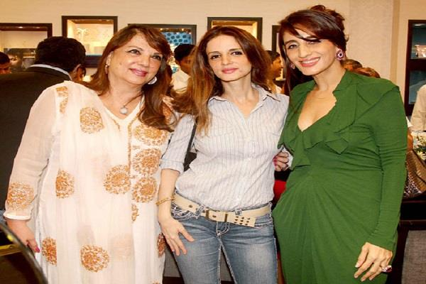 sussanne khan mother zarine corona tested positive