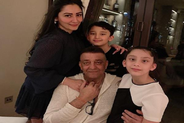 sanjay dutt meets his kids after long time maanyata shares family photo