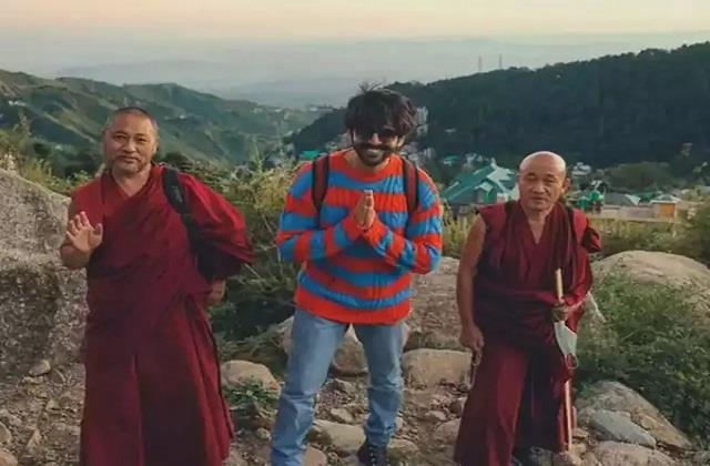 kartik aaryan shares photo with buddhist monks