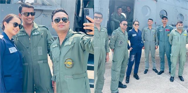 kangana ranaut met air force officers during shooting of film  tejas
