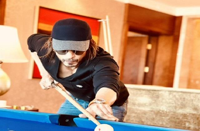 shahrukh khan shares photo playing snooker in  pathan  look