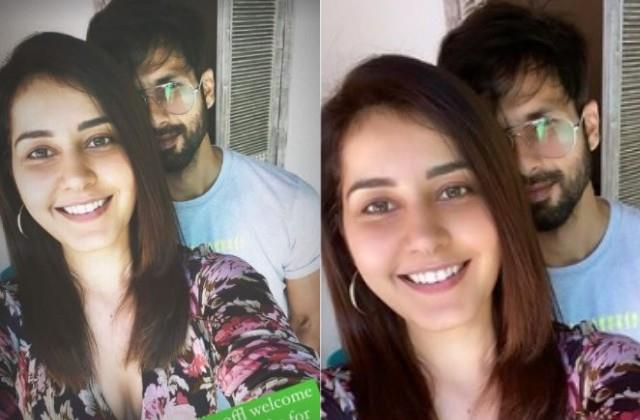 shahid kapoor hides himself behind rashi khanna in selfie