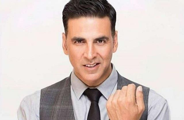 akshay kumar welcomes new year with chanting of gayantri mantra