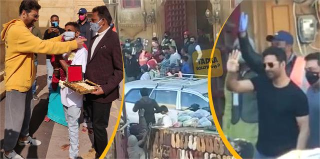 akshay kumar greets adoring fans assembled on bachchan pandey sets in jaisalmer