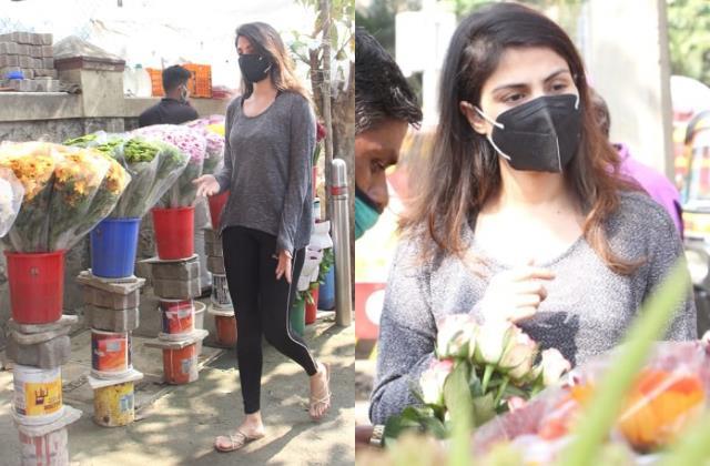 दिवंगत बाॅयफ्रेंड सुशांत के बर्थडे से पहले फूल खरीदने पहुंचीं रिया,लेटेस्ट तस्वीरों में खोई-खोईं दिखीं एक्ट्रेस