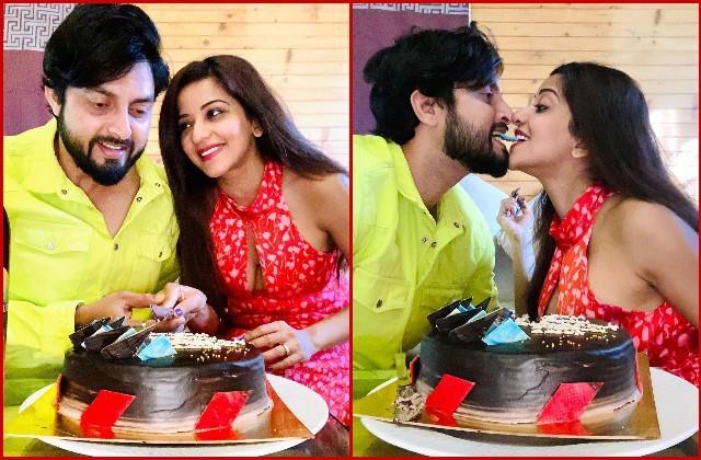 पति संग इस अंदाज में मोनालिसा ने सेलिब्रेट की शादी की चौथी सालगिरह, एक-दूसरे को यूं केक खिलाता दिखा कपल
