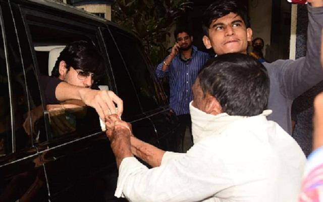 sidharth malhotra help the needy man by stopping the car