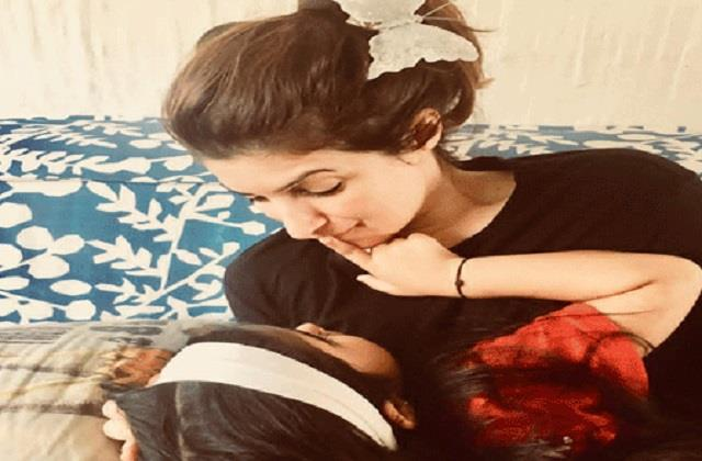 twinkle khanna daughter nitara played guitar for mother