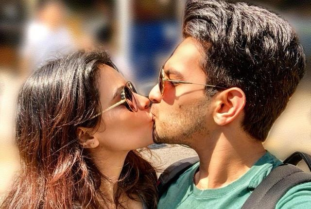 aditya narayan liplock wife shweta on kiss day