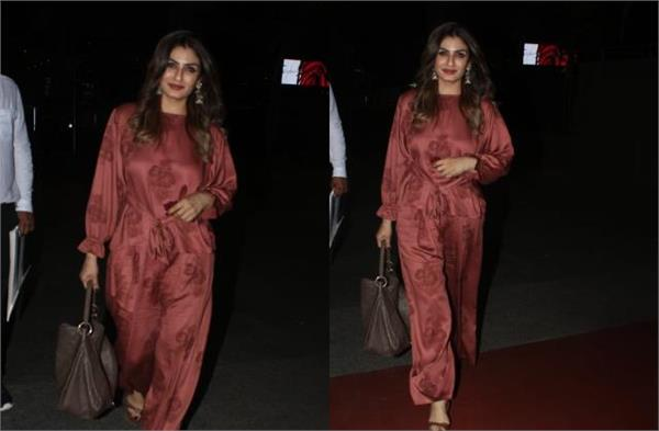 raveena tandon spotted at mumbai airport