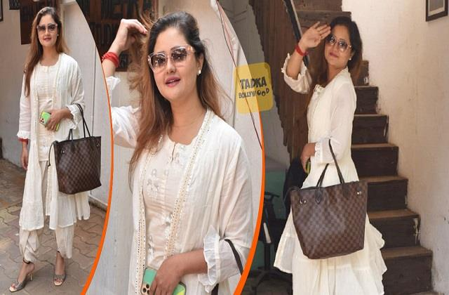 rashmi desai spotted at juhu