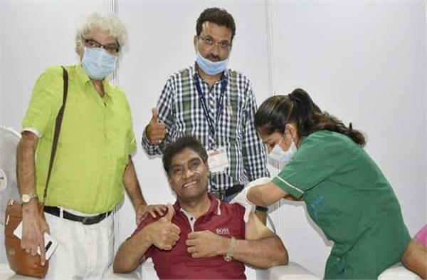 johnny lever take covid 19 vaccine at bkc jumbo vaccination centre in mumbai