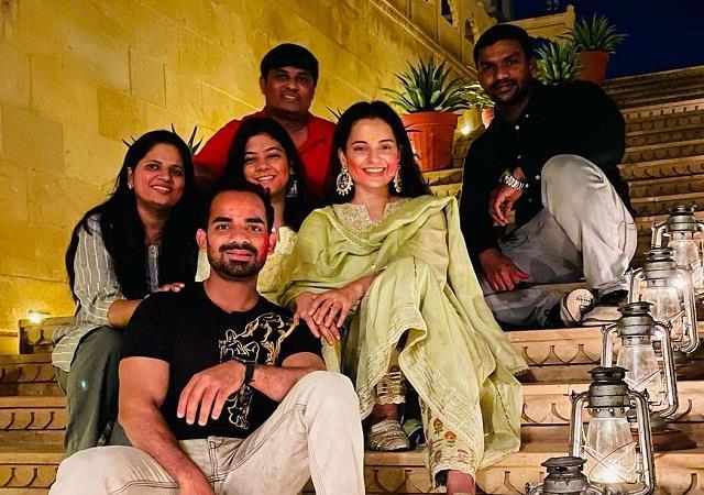 kangana wrote celebrate working holi in jaisalmer with tejas team