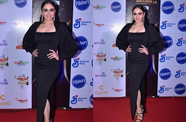 amruta khanvilkar looks stunning as she attend marathi mirchi awards show