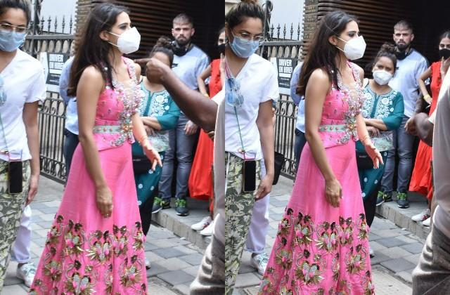 sara ali khan spotted in juhu due to shooting