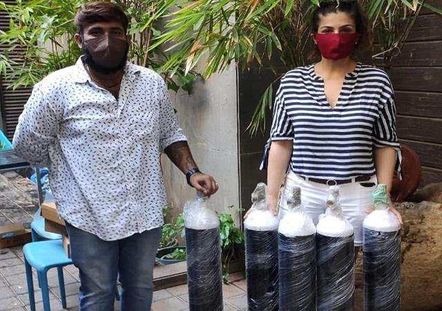 raveena tandon donate oxygen cylinders