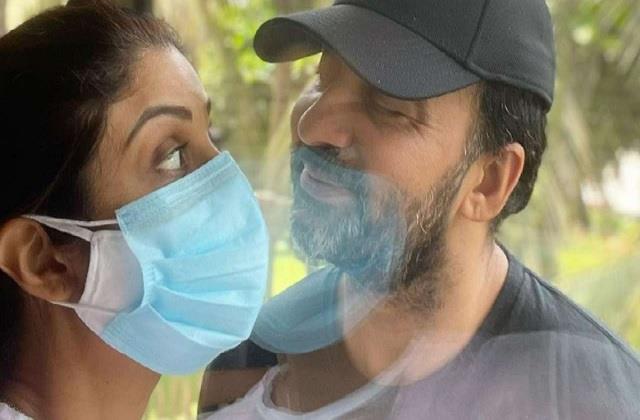 कोविड 19 शीशे के आर-पार नजर आए शिल्पा शेट्टी और राज कुंद्रा, तस्वीर शेयर कर एक्ट्रेस बोलीं-'कोरोना प्यार है'