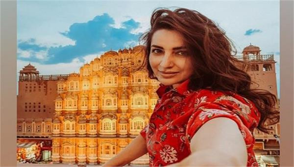 tisca chopra parents help her out to donate rice packets to people in need