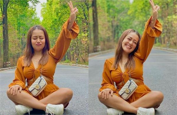 neha kakkar got photoshoot by sitting on road