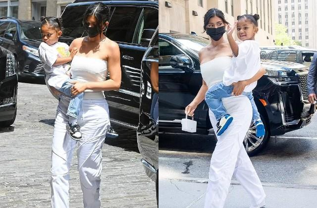 kylie jenner posed with her daughter