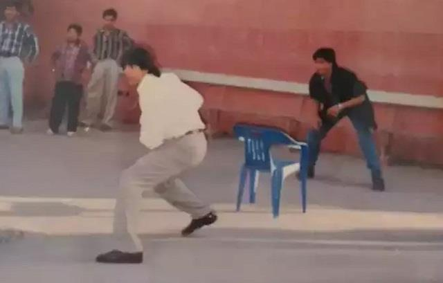 akshay and shahrukh plays cricket on the sets of  dil toh pagal hai