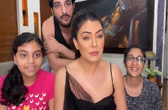 fan proposes sushmita sen during live chat and boyfriend rohman shawl replies
