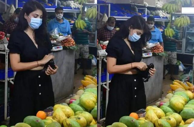 rhea chakraborty spotted at fruit market