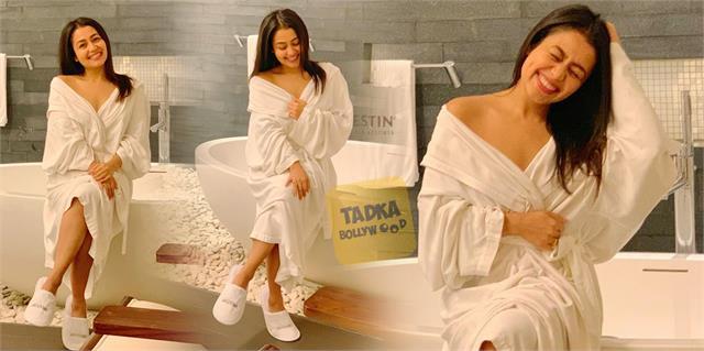 बाथटब पर बैठ नेहा कक्कड़ ने करवाया फोटोशूट, व्हाइट बाथरोब पहने सिंगर के बोल्ड लुक ने मचाई सनसनी