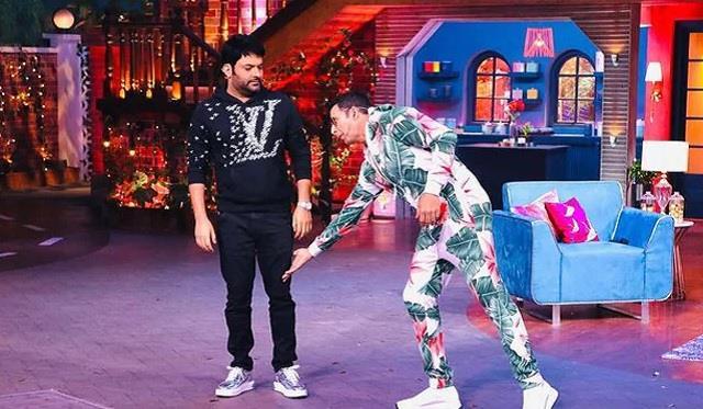 akshay kumar touch kapil sharma feet