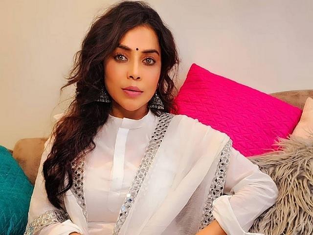 actress nikita rawal robbed 7 lakh at gunpoint in new delhi