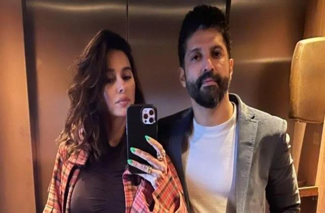 shibani dandekar shares mirror selfie with boyfrien farhan akhtar