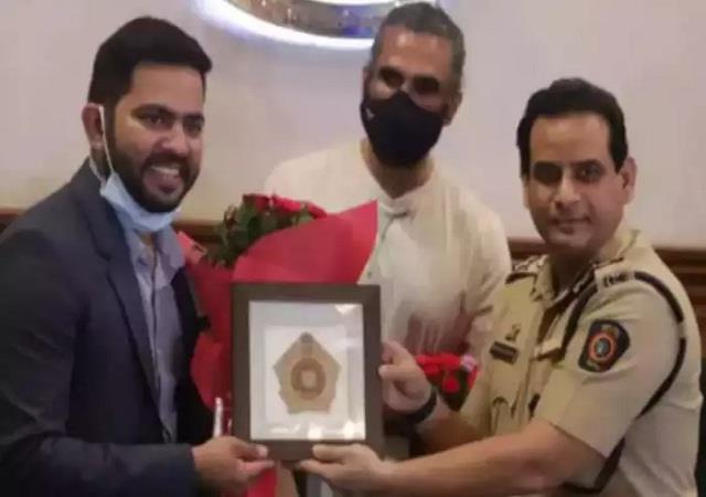 suniel shetty distributes 800 air purifiers at police stations
