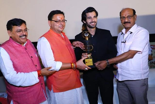 देहरादून इंटरनेशनल फिल्म फेस्टिवल में आदित्य सील को मिला अवॉर्ड, उत्तराखंड के CM के हाथों हुए सम्मानित